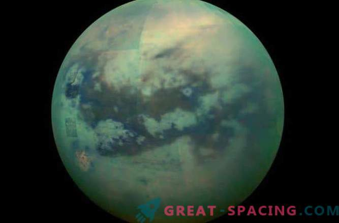 Титан се појави во новите слики на Касини