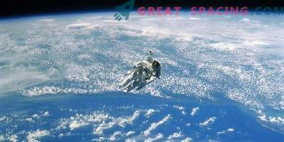 Астронаутот користи резервен кабел во отворен простор