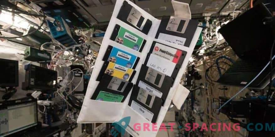 Стари флопи дискови во заборавениот шкаф на ISS